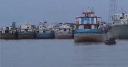 বাংলাদেশ-ভারত জলসীমায় আটকা শত শত লাইটার জাহাজ