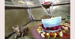 করোনা আতঙ্কে মন্দিরে মূর্তির মুখে মাস্ক