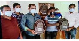 ফকিরহাটে শিক্ষার্থীদের মাঝে স্কুল ব্যাগ বিতরন